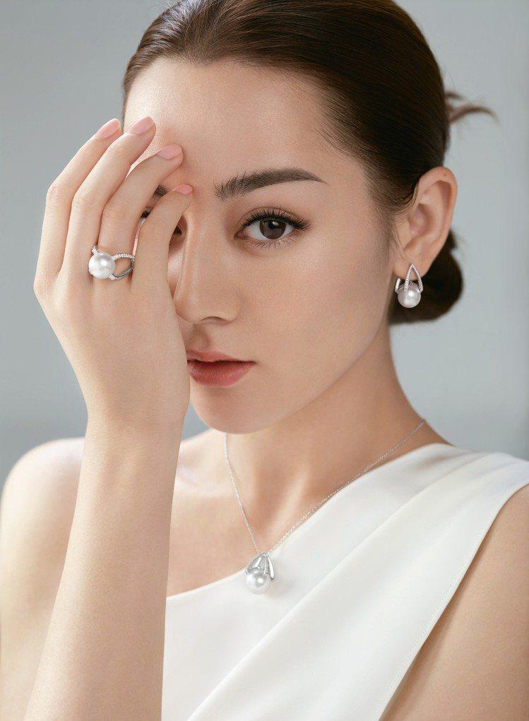 迪麗熱巴於形象廣告配戴 MIKIMOTO M Collection 墜鍊、耳環及...