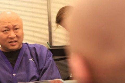 納豆接下央視90分鐘古裝電視電影「庖丁傳奇之金刀御廚」裡的男一,赴無錫工作12天,他出道15年,最寶貝那頭捲毛,每次一燙就要坐上8小時才完工,沒想到演古裝要剃成大光頭,「出發前我問光頭朋友要注意什麼...