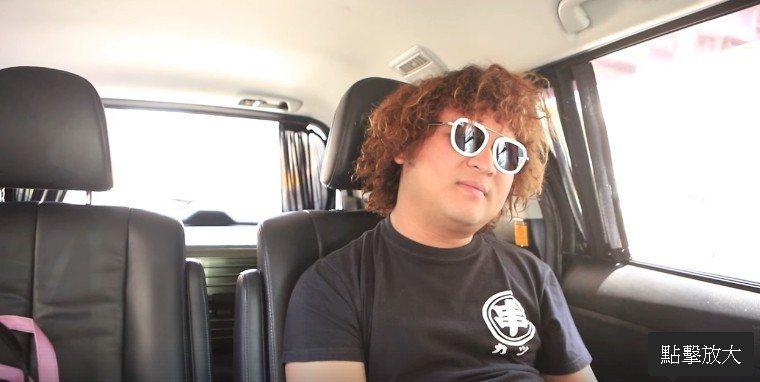 赴髮廊落髮前,納豆在車上表情無奈。圖/取自納豆臉書