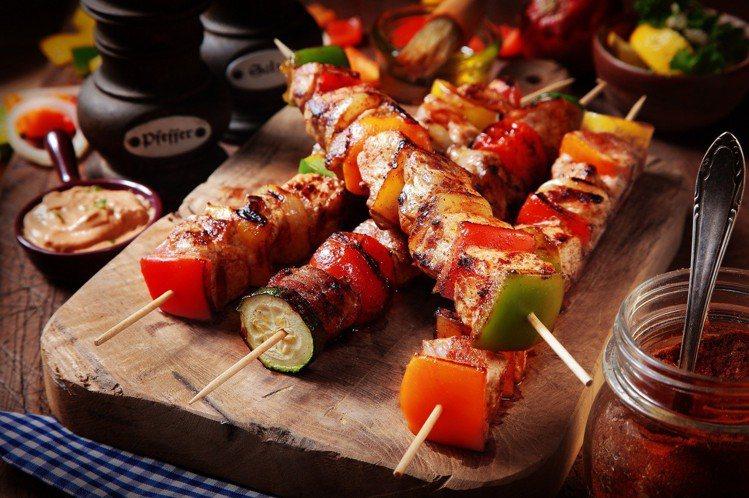 有各種燒烤料理,像是肯瓊豬肉串、香料海鮮串等,提供饕客品嘗。圖/文華東方酒店提供