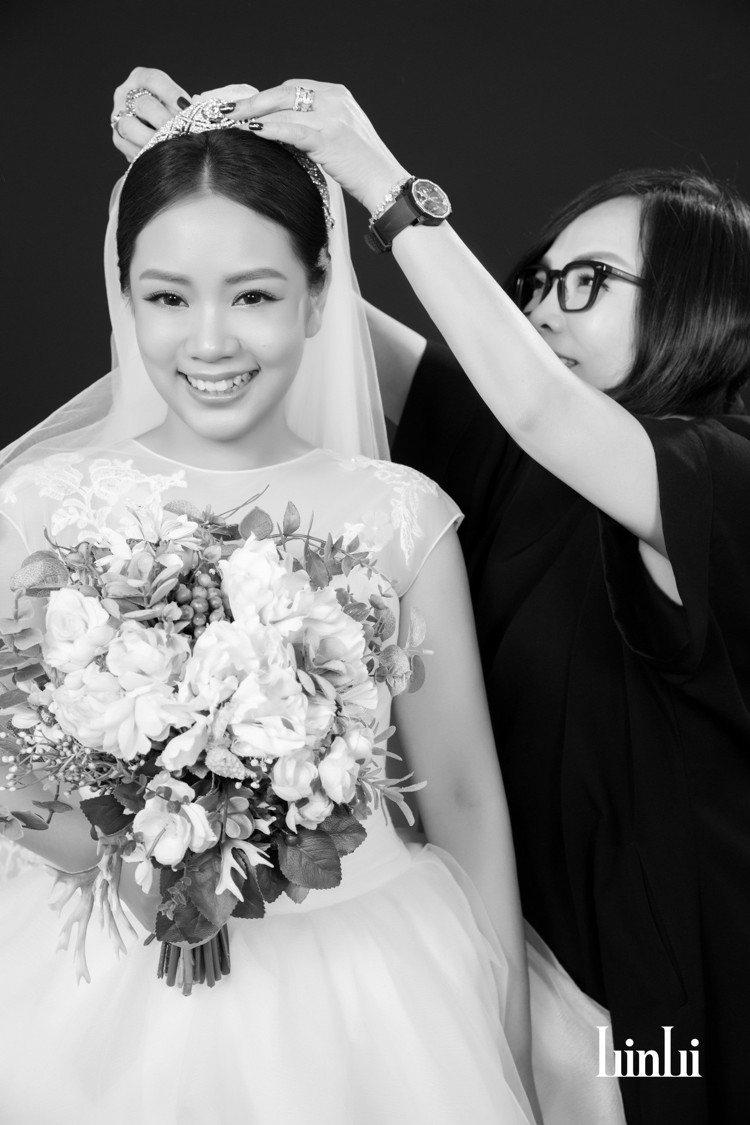 林莉老師為新娘設計婚紗。圖/LinLi Boutique提供
