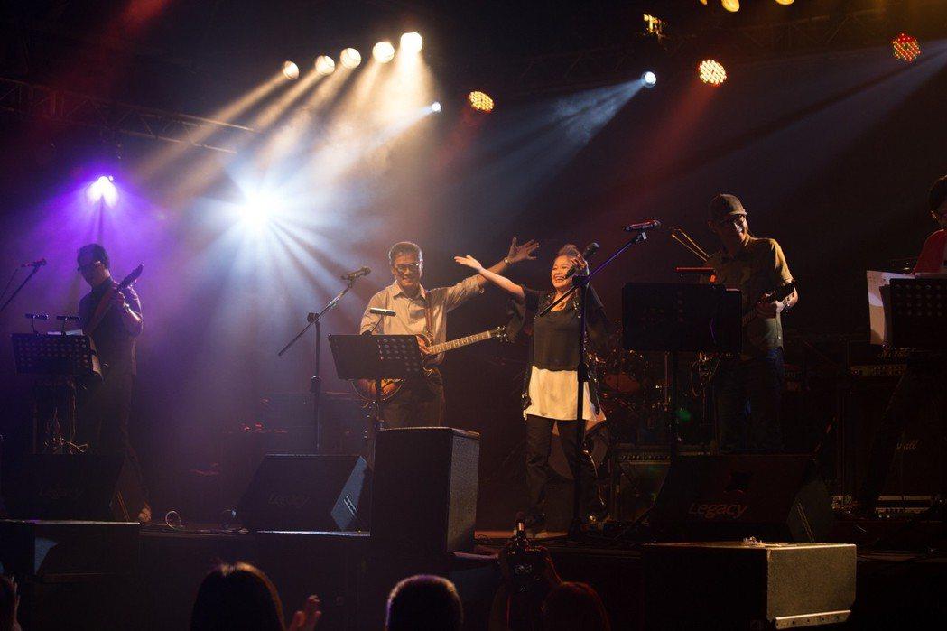 羅大佑和金智娟合唱。圖/legacy提供