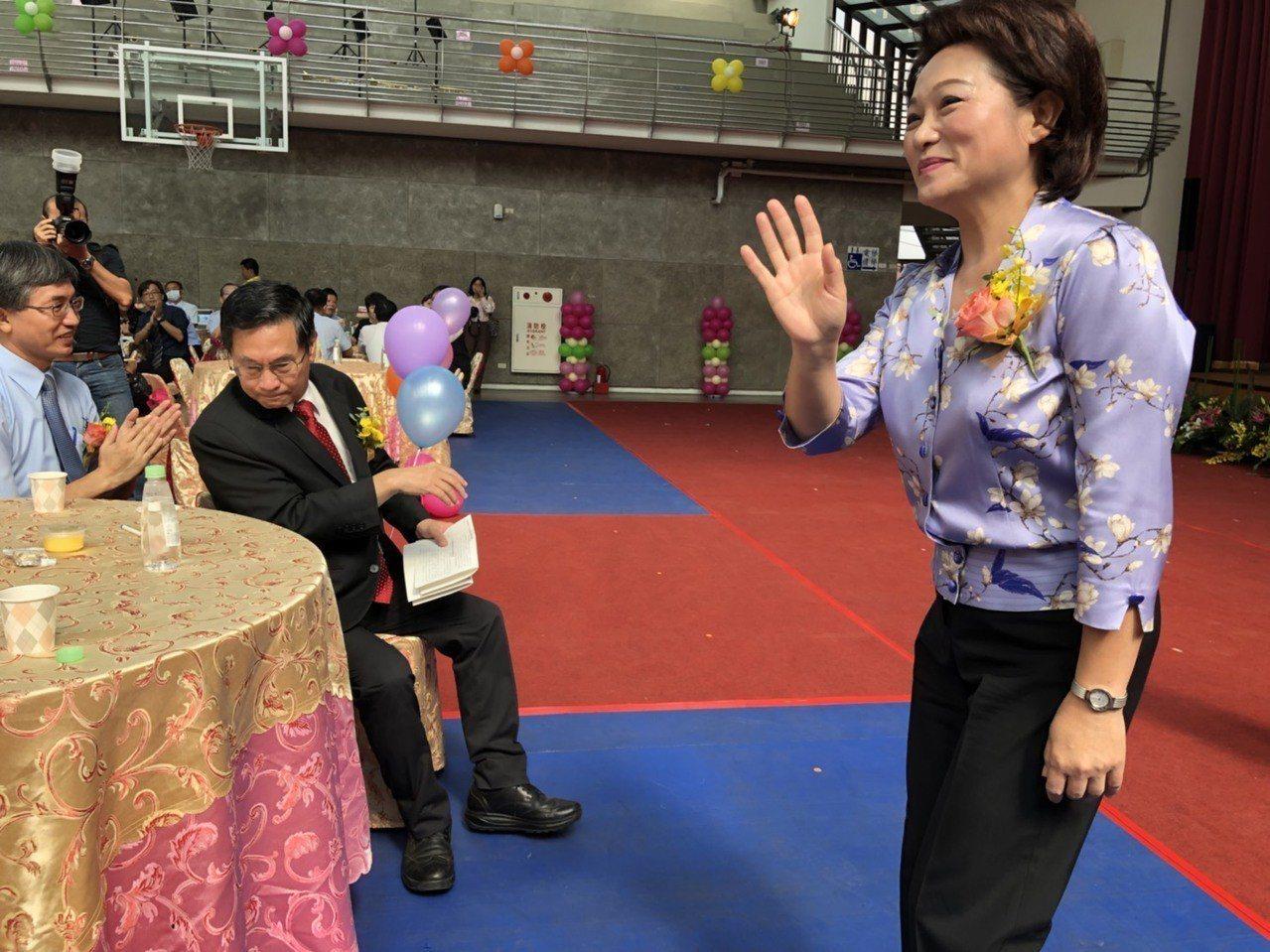 嘉義市長涂醒哲、議長蕭淑麗今天上午參加「教師節表揚大會」,同台互動不多。記者王慧...