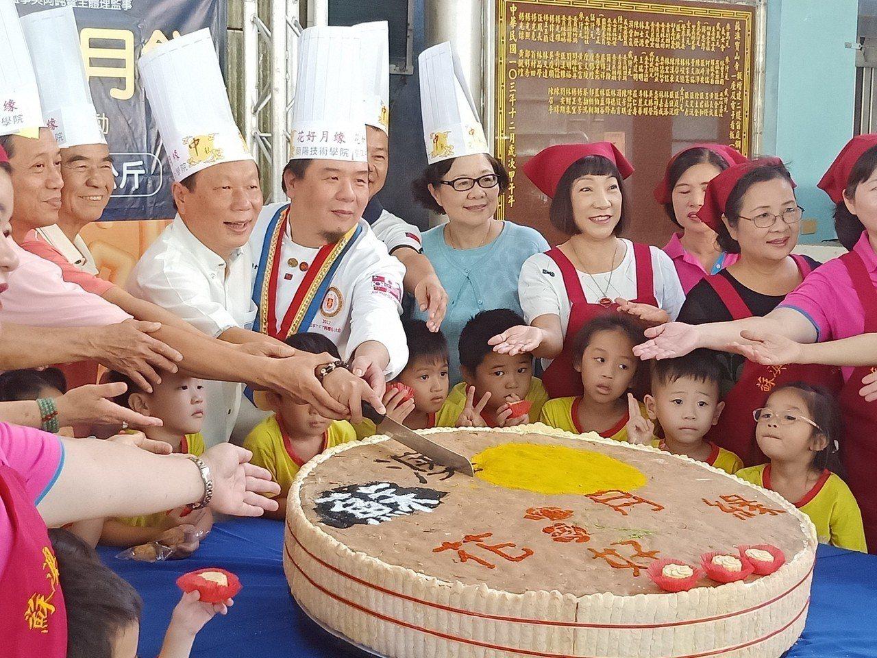 宜蘭蘇澳鎮公所邀請蘭陽技術學院、蘇澳鎮婦女會合製直徑100公分的大月餅,今天在寶...
