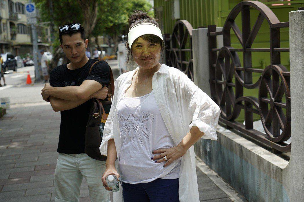邱澤(左)和導演徐譽庭黃湯下肚卸心防。圖/華納兄弟提供