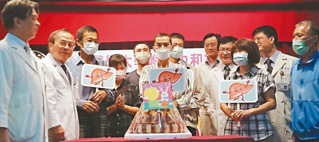 高雄醫學大學附設醫院器官移植團隊從七夕到中秋節前夕,成功移植「一心二腎三肝」,讓...