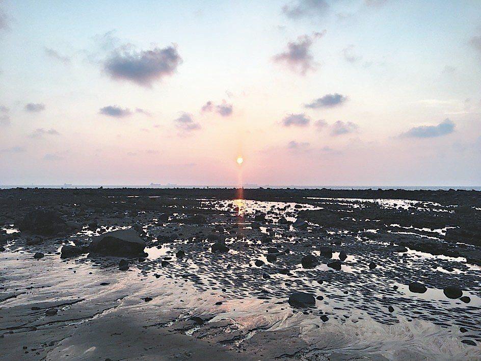 傍晚夕陽時分,沙崙海灘最適合拍攝美美夕陽與剪影照。 圖/葉姓讀者提供