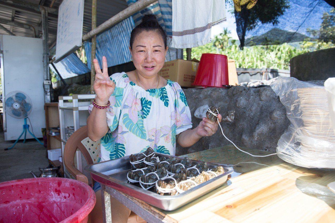 江少乾妻子昨採收的大閘蟹以清蒸方式給賓客品嚐,她說,用炒、烤等方式都不如清蒸回甘...