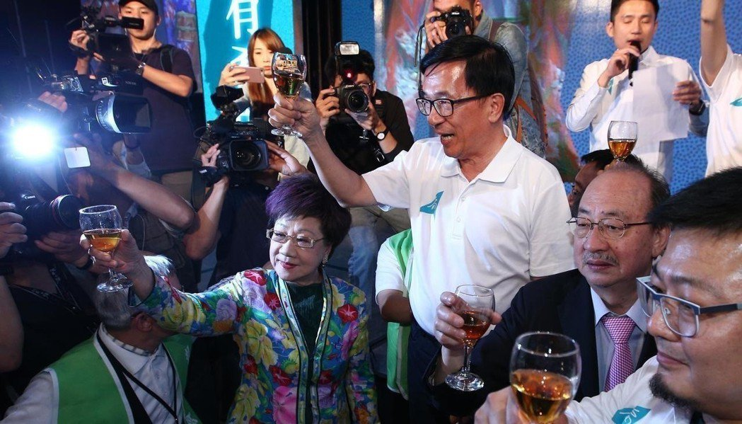 今年5月4日,前總統陳水扁(右三)出席凱達格蘭基金會13周年感恩募款餐會。 圖/...