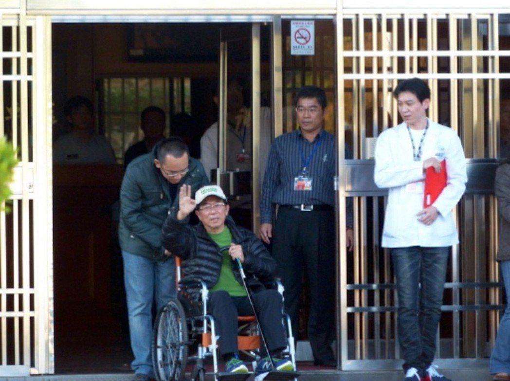 2015年,前總統陳水扁保外就醫,在兒子陳致中陪同下離開台中監獄。 圖/聯合報系...