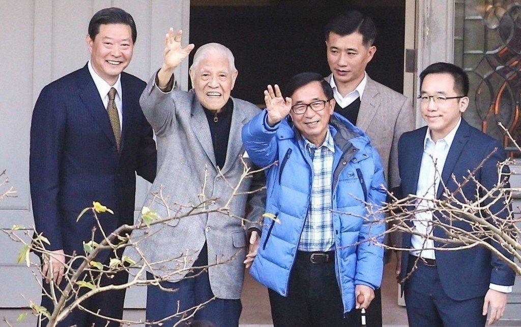 今年初,前總統陳水扁(左三)日前探訪前總統李登輝(左二),遭台中監獄發函指未遵守...