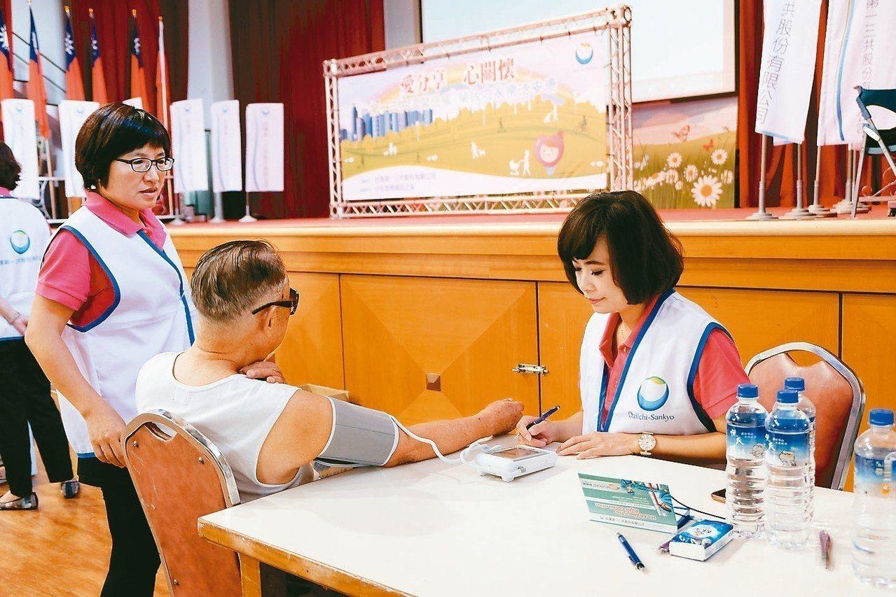 在中彰榮家活動中,工作人員協助長者測量高血壓。 圖/第一三共提供