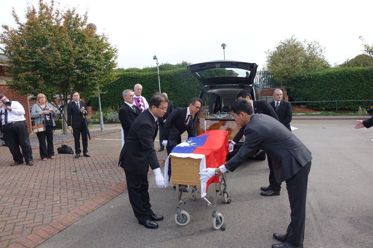 二戰仁安羌戰役獲國軍解救英國老兵費茲派翠克的葬禮20日在英國里茲舉行,4名國防部...