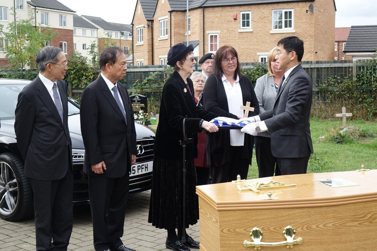 英國老兵費茲派翠克葬禮20日在英國里茲舉行,完成他以中華民國國旗覆棺的遺願後,國...