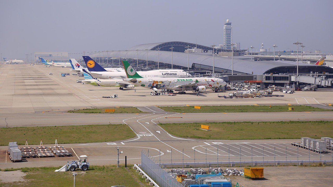 日本關西機場4日受到25年來最強的燕子颱風侵襲釀災,第一航廈及A跑道淹水嚴重受損...