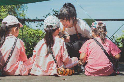 陳子倢(右2)認為,大人會生孩子,但不一定真的認識自己的孩子。圖/小人小學提供