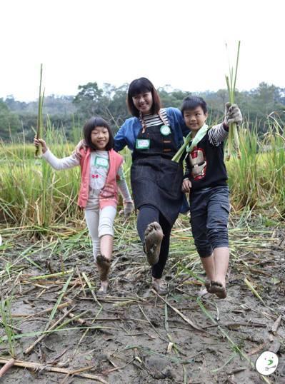 大自然教室是小人小學課程的一環,讓親子在活動中更貼近彼此。圖/小人小學提供