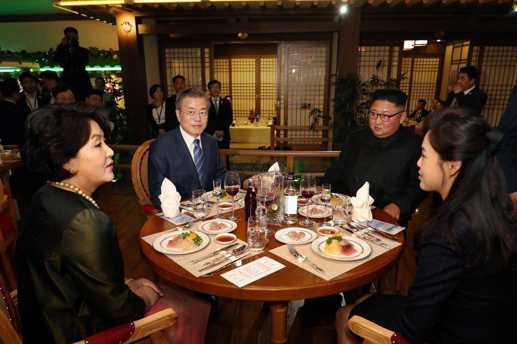 文總統夫婦與金委員長夫婦,一同在大同江水產餐廳享用晚餐。 圖/歐新社