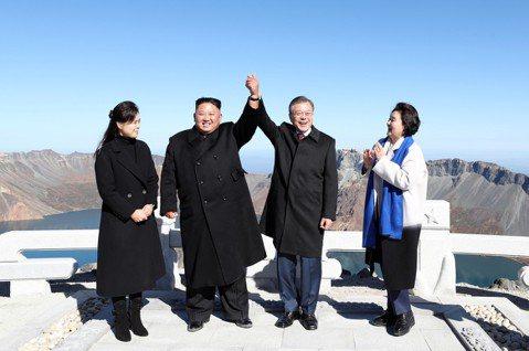 20日,文在寅帶著隨行代表團,與金正恩共遊白頭山,成為共同攀登「朝鮮民族聖山」的...