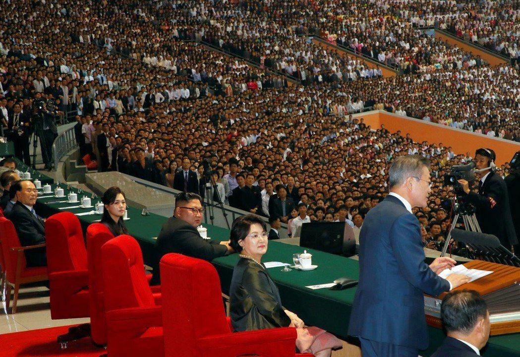 破天荒的是,金委員長先是向民眾親自介紹文總統,而文總統在競技場內,甚至對15萬平...