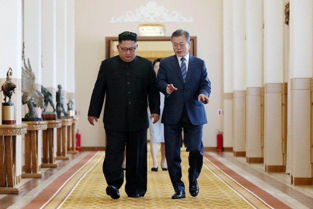 文總統面對鎂光燈都維持一貫笑容,金正恩則有時面無表情。兩位領袖經過兩次皆長達2小...