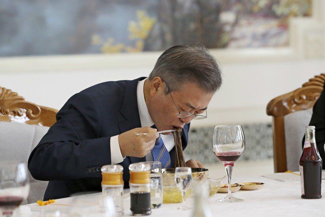 「吃飽飯,辦正事了!」文在寅總統到訪平壤首日,金委員長在牡丹館宴會廳,為文總統夫...