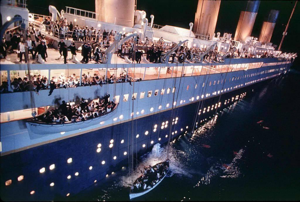首航即沈船。1912年的首航過程中,從英格蘭南安普頓出發、準備駛往美國紐約市的鐵...