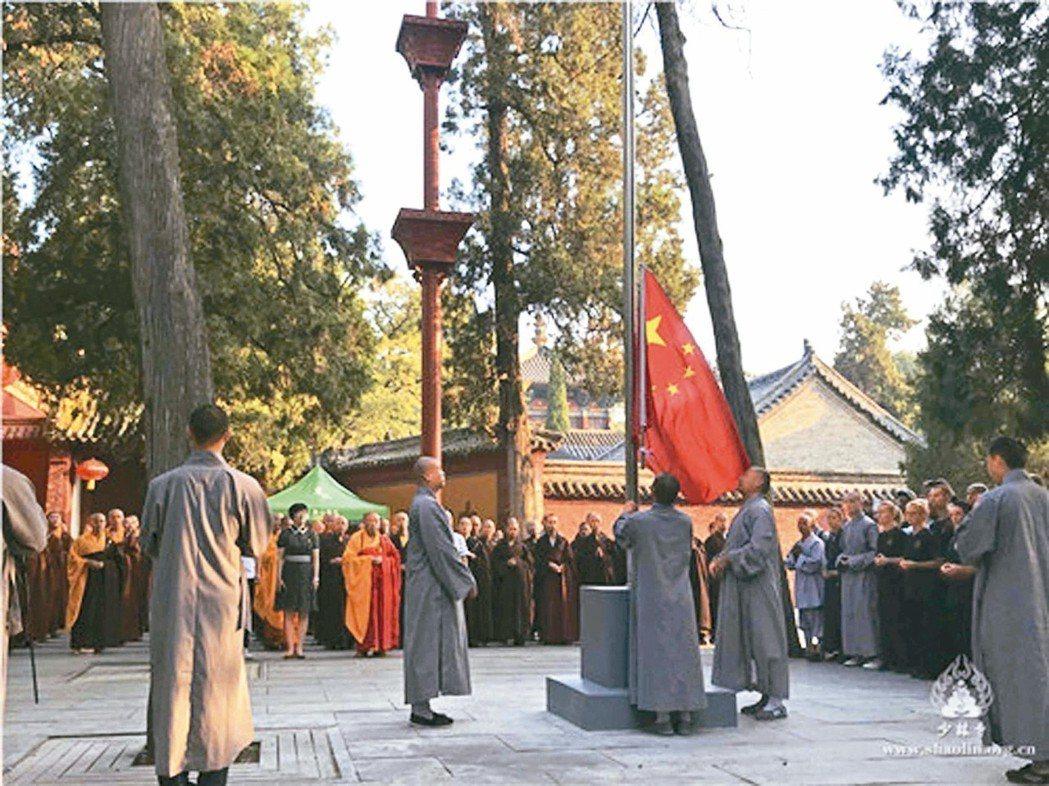 少林大升旗事件,在中國社群網路上出現不少嘲笑諷刺的聲音,批評積極參與政治的少林寺...