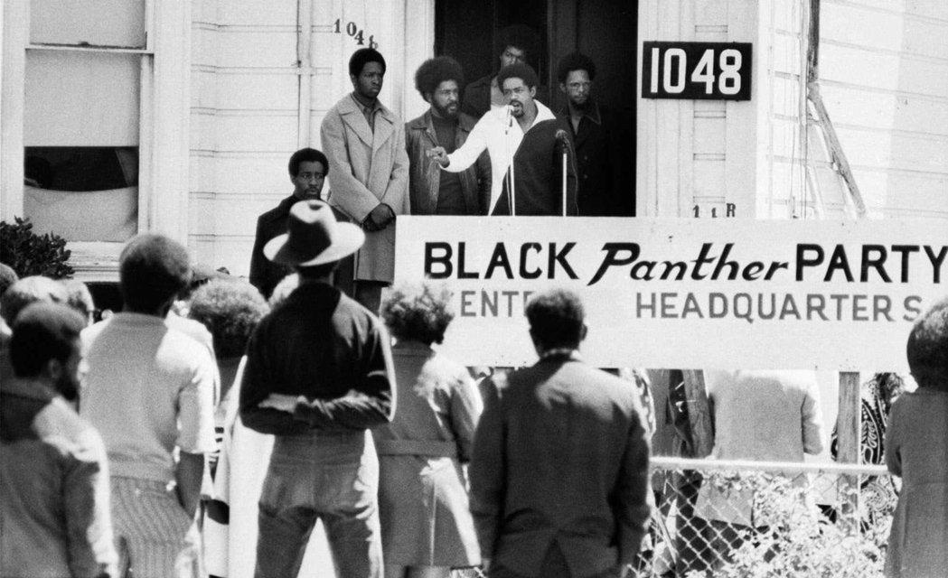 主張暴力革命的武裝集團黑豹黨,1966年成立於奧克蘭,訴求之一就是要白人警察停止...