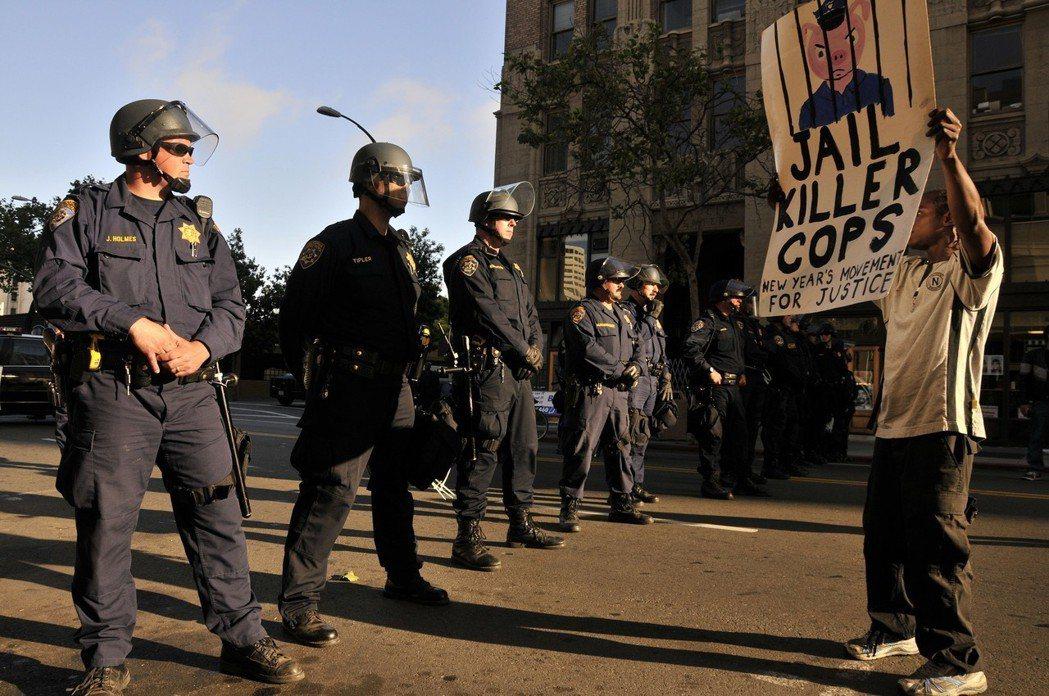 在奧克蘭,警民之間、黑人與白人始終都是對立的嗎? 圖/歐新社