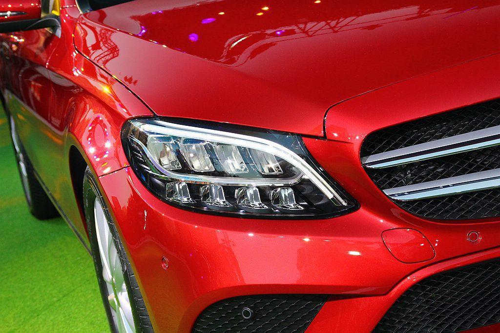 小改款賓士C-Class外觀導入全新設計的LED頭燈科技。 記者張振群/攝影