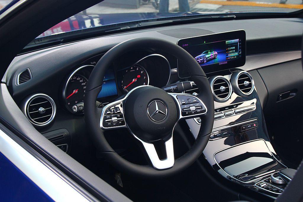 小改款賓士C-Class方向盤也經過重新設計,全車系換裝新世代的多功能真皮方向盤, 記者張振群/攝影