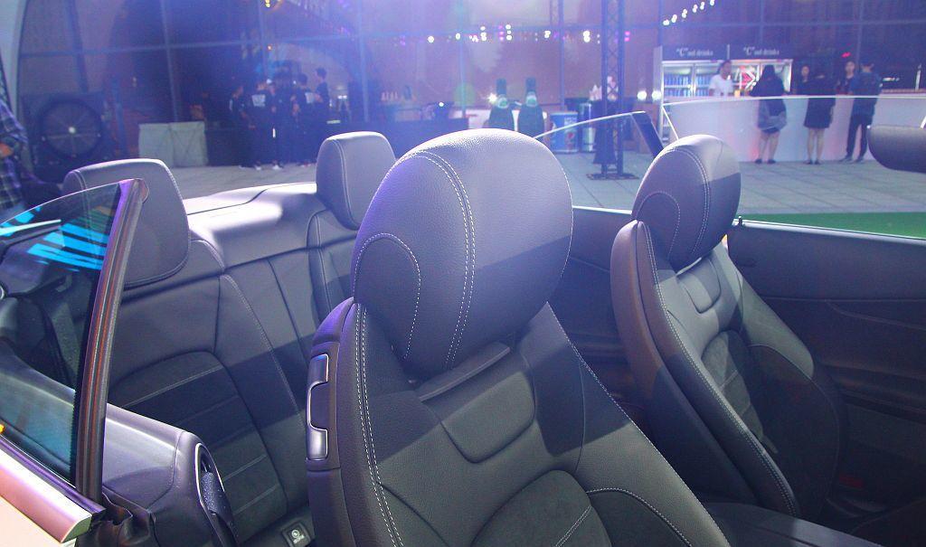 C-Class 敞篷車可選配AIRSCARF頸部暖氣系統,於頭枕上出風口送出暖氣,更具備三種不同出風溫度切換,保持溫暖與舒適感受。 記者張振群/攝影