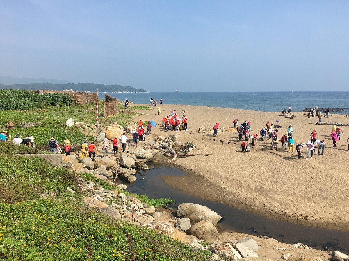 核二廠與萬里區公所聯合清淨沙灘,撿拾漂流垃圾每一公斤電廠就捐十元來做公益,希望共...