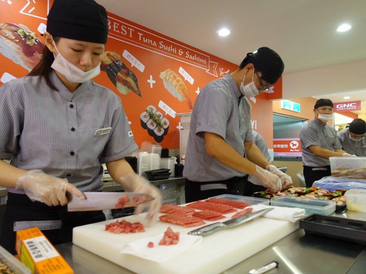 鮪魚專賣的順億,在屏東太平洋百貨的美食街推出第一家to go外帶店。記者翁禎霞/...
