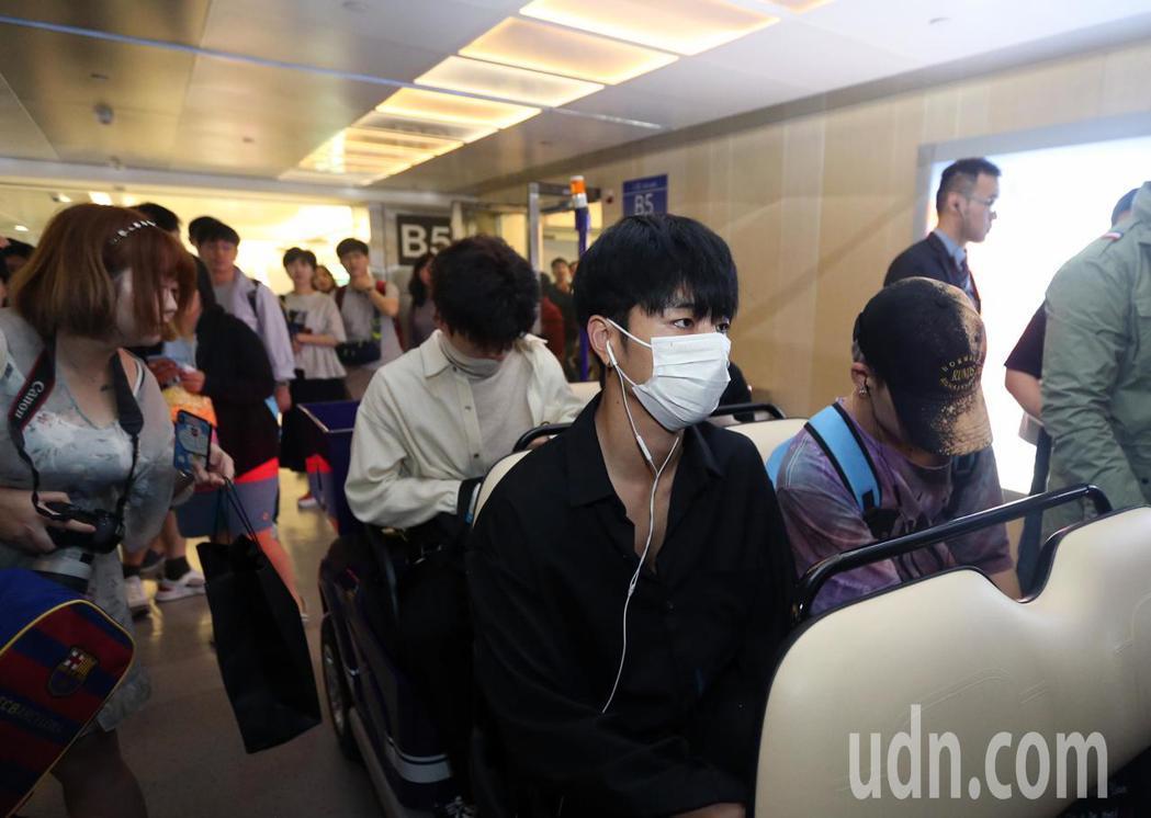 韓團「iKON」抵台,粉絲搶著送禮物。記者鄭超文/攝影