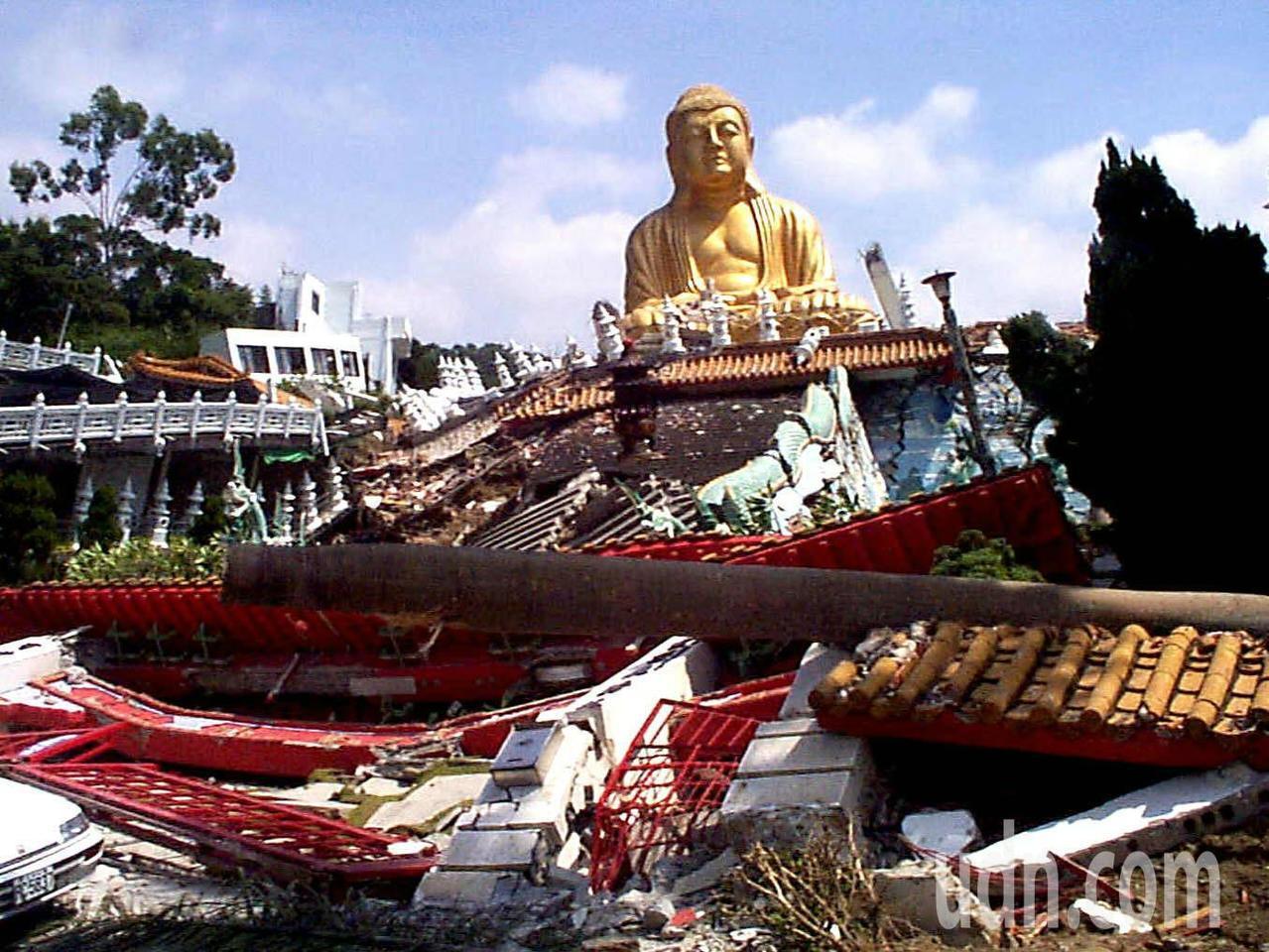 台中霧峰省諮議會旁的萬佛寺,位在車籠埔斷層帶上,在大地震的浩劫中,菩薩自身也難保...