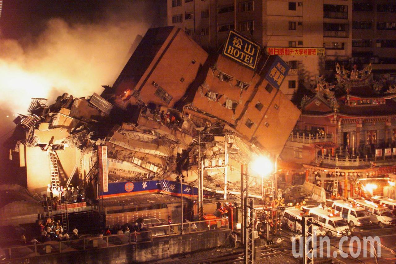 九二一大地震,台北東星大樓震倒。圖/本報系資料照片