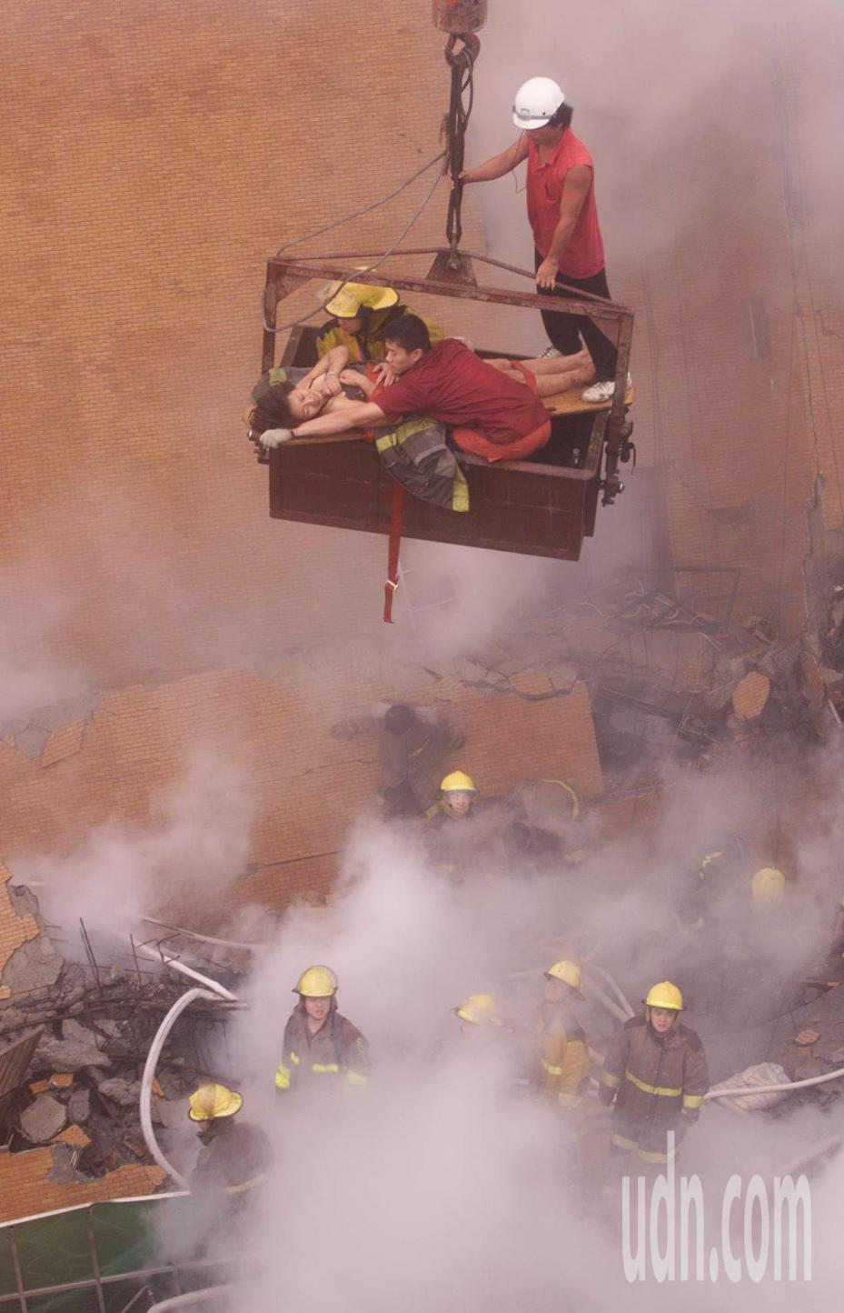 九二一大地震,台北東星大樓震倒,救難人員搶救住戶。 圖/本報系資料照片