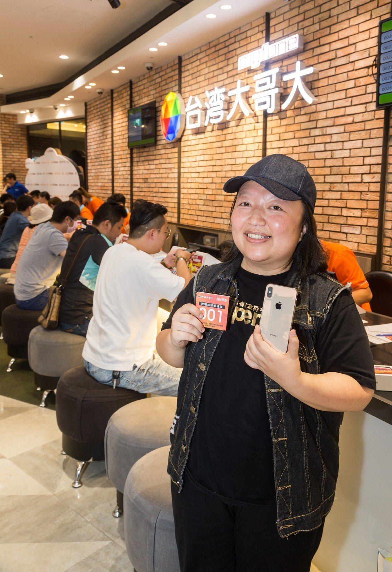 台灣大哥大iPhone XS系列開賣活動的排隊頭香陳小姐連續4年參加首賣,手氣也...