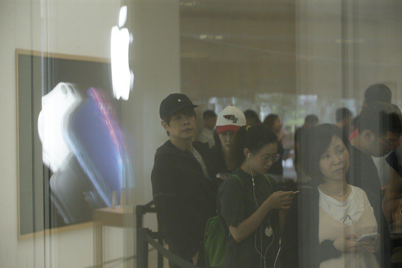 iPhone XS系列開賣,有不少果粉湧進Apple Store直營店。記者余承...