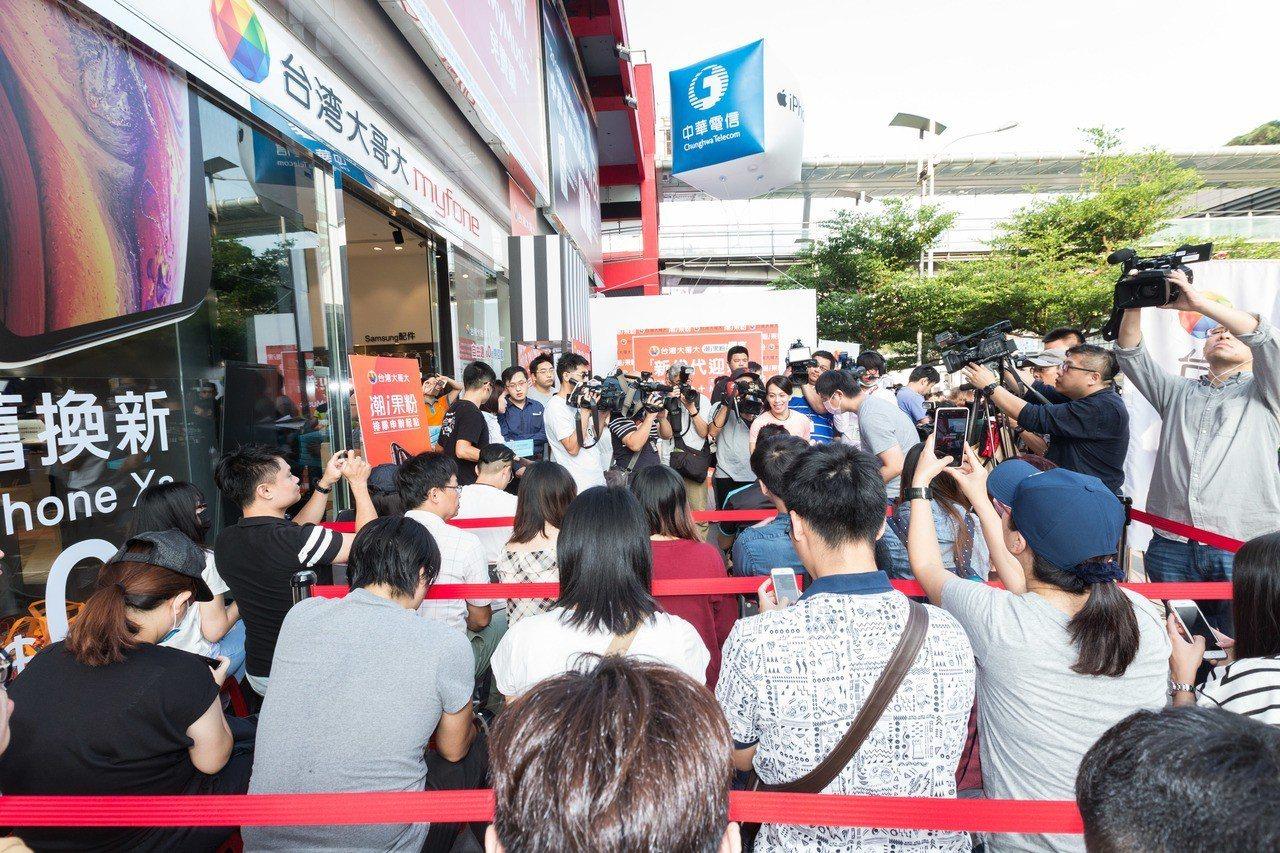 電信業者再度決戰台北信義區舉辦iPhone XS系列開賣活動。記者陳立凱/攝影