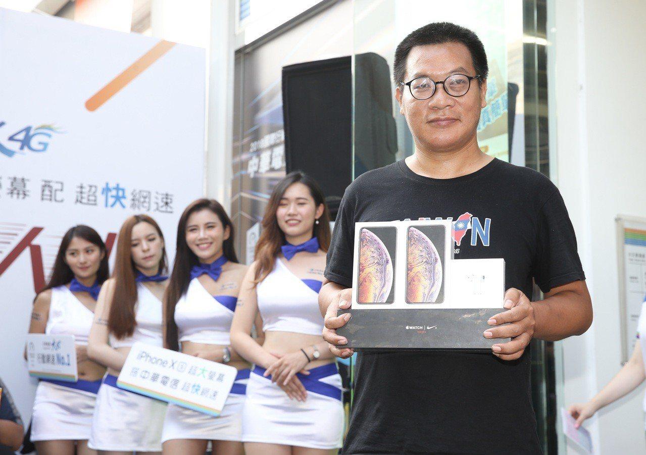 中華電信iPhone XS系列開賣活動的排隊頭香Mike排了91個小時,獲得3項...