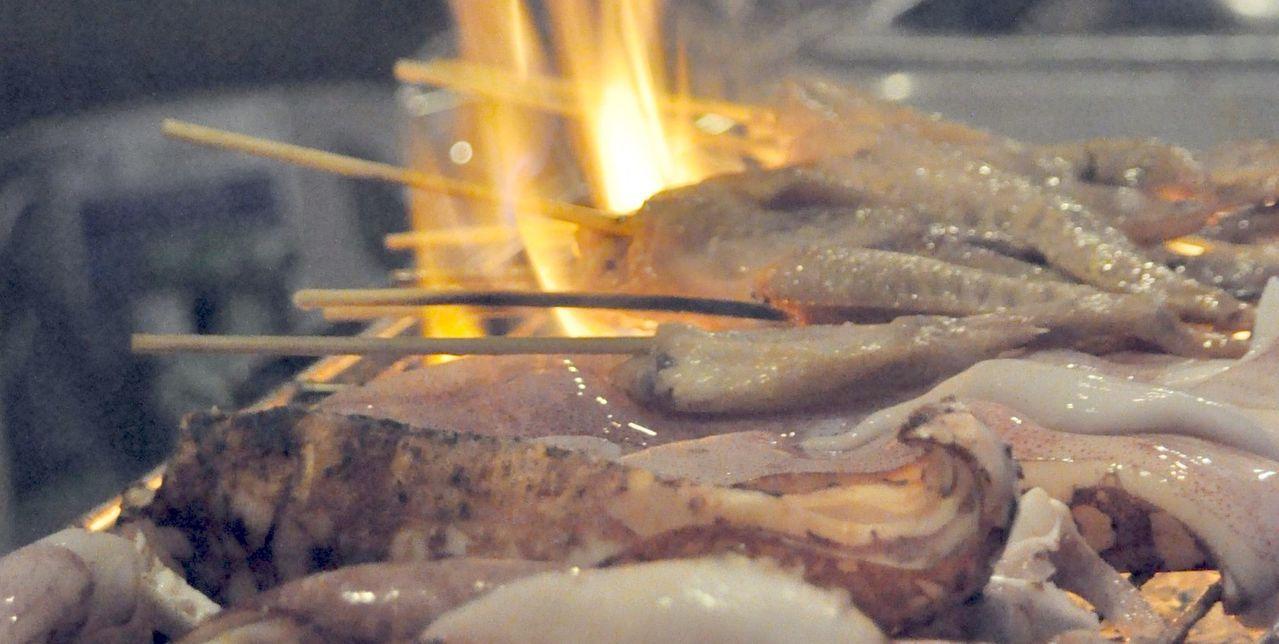 醫師提醒,中秋節烤肉包括肉品及海海鮮,務必烤熟,避免腸胃性疾病找上門。記者王昭月...