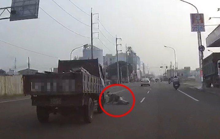 一名男子昨天在頭份中華路,突然衝向路中央找小貨車躺下,疑似被輾。圖/取自爆料公社