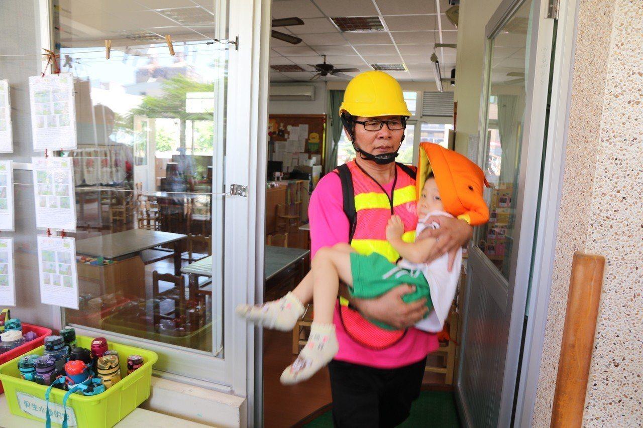 前金幼兒園成立緊急應變中心,現場指揮官調派安全防護組與搶救組,協助傷患處置與廚房...