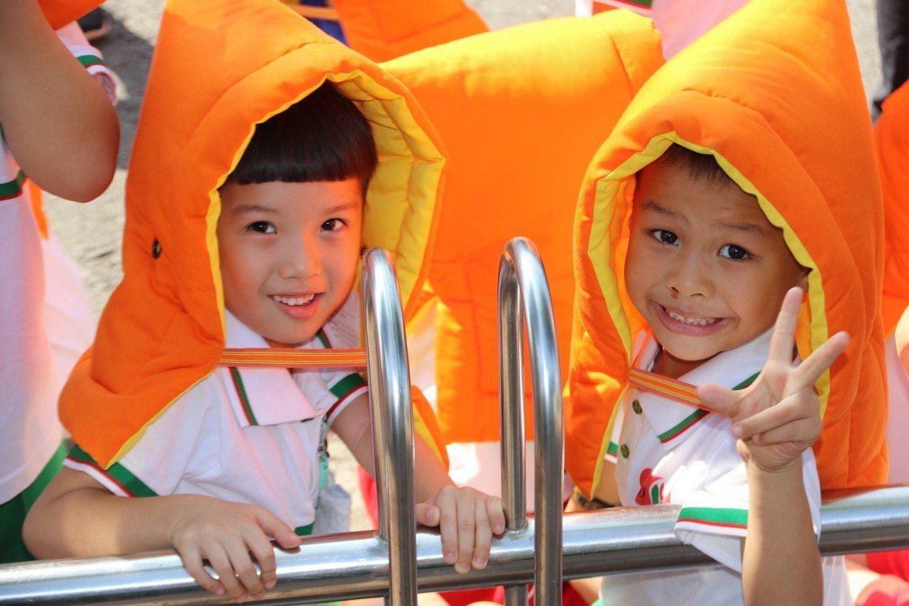 學童戴著鮮豔的「小橘帽」防震頭套,造型超萌,保護逃生過程。記者徐如宜/攝影