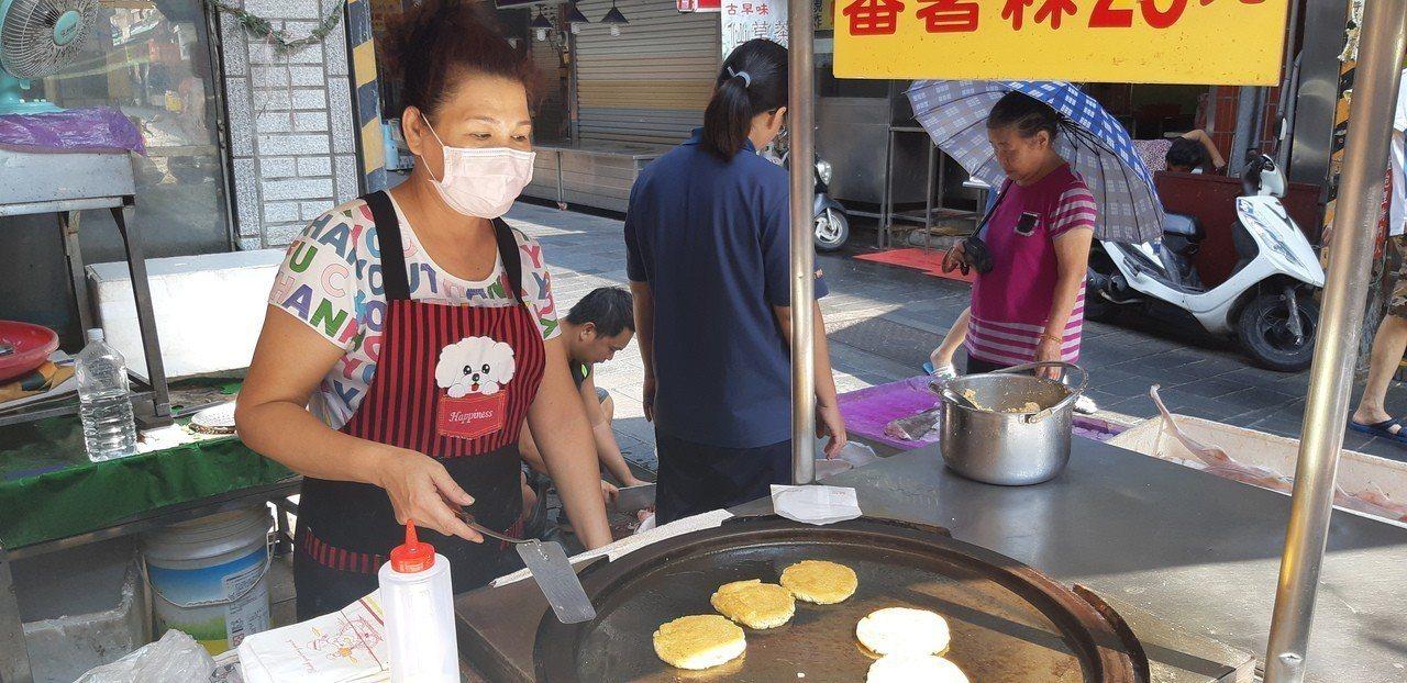 李姓蕃薯粿小攤販是第二代,經營小攤已有26年。記者賴郁薇/攝影