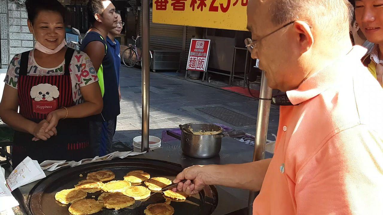 民進黨新北市長參選人蘇貞昌途徑蕃薯粿小攤販,駐足動手試煎。記者賴郁薇/攝影