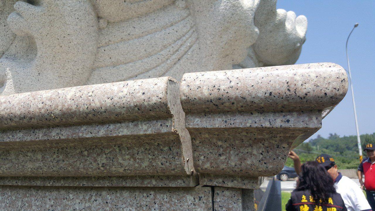 西濱快速公路通霄白沙屯交流道旁的媽祖婆石雕神像因基座裂損下陷,將移位轉向。記者胡...